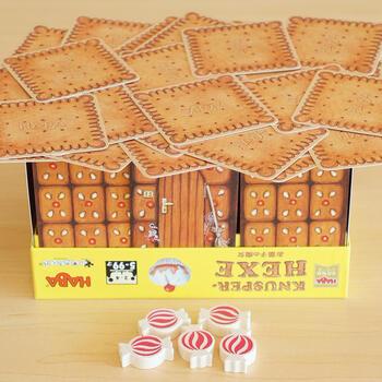 キャンディーやケーキが描かれているカードの裏はリアルなクッキー柄。箱にお菓子の壁カードを組み立てて、屋根のようにクッキーのカードを並べたら…それを1枚ずつ取っていきます。カードの屋根が崩れると負けなので、取る場所を考えるのがポイントです。