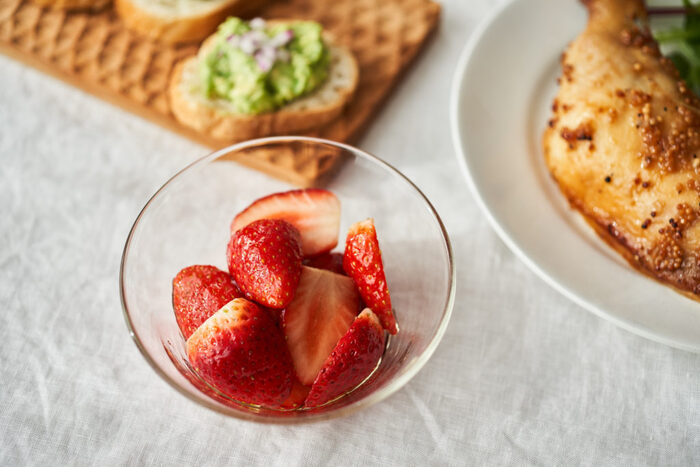 バルサミコ酢を使ったいちごのマリネは、デザートのいちごとはまた違った顔。立派なおかずとして食べられる美味しいマリネは何度も作りたくなる簡単さです。