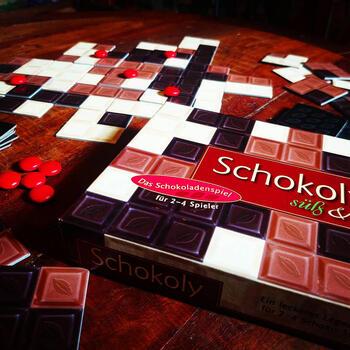 3色のチョコレートが描かれたカードを使った、陣地取りゲームです。赤いマーブルチョコを使うと、すでに置かれたカードの上にカードを配置することが可能に。チョコレート好きは食欲をそそられてしまいそうですね。