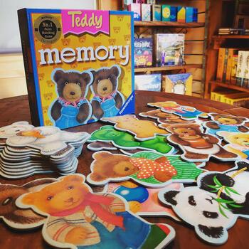 かわいいテディベアやパンダが描かれたメモリーカード。いわゆる「神経衰弱」ができます。カードも分厚くめくりやすいなど、小さい子も一緒に遊びやすい工夫が。大人もトランプでの神経衰弱よりもなんだか幸せな気持ちに。かるた取りのように遊んだりすることもできます。
