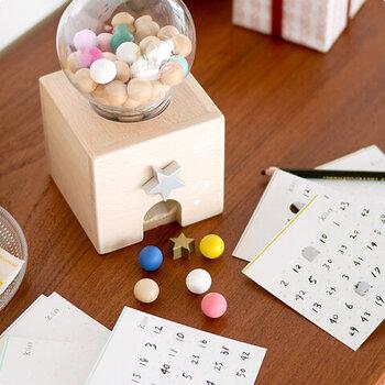 ついついガチャガチャと回したくなるおしゃれなおもちゃ。カラフルなボール以外にも星や三角形のパーツが出てきます。ビンゴゲームも楽しめますよ。