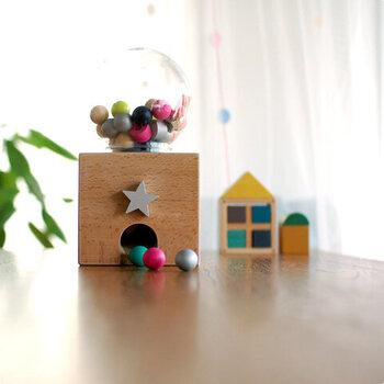 やさしい色合いのパーツがお菓子のようにも。子ども部屋だけではなくリビングに置いてもいいような遊び心を感じるデザインです。