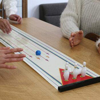 テーブルの上にボウリングのレーンが登場!ストライク、スペアが取れたときの盛り上がりは本物のボウリングと変わりません。
