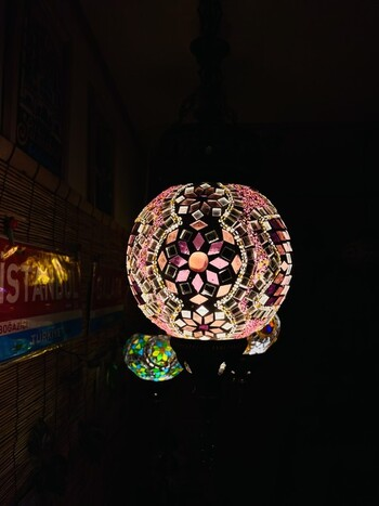 直径15㎝の可愛いまんまるランプシェード。ピンク&パープルの柔らかな印象で、お部屋を温かな光で包みます。オリエンタルムードあふれる一点物です。