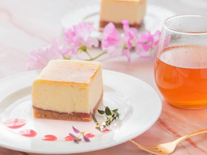 ニューヨークチーズケーキと普通のベイクドチーズケーキ、違いは「湯煎焼き」で焼き上げること。バットなどにお湯を張り、その中に型を入れて焼きます。時間をかけてじっくり熱を通すことで、しっとりとなめらかに仕上がります。