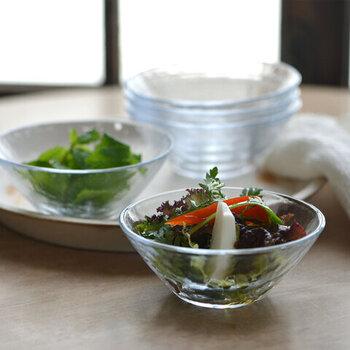 スピン製法で作られたガラスは、柔らかくさざ波を思わせるような表情があります。サラダボウルとして作られているので、丁度いい大きさで盛り付けやすく、お野菜の色合いも映えます。