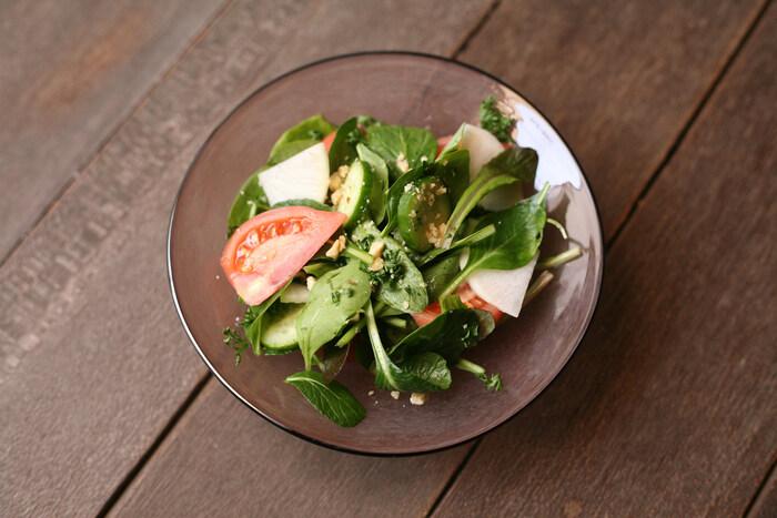 盛り付けるのが楽しくなる!「サラダ」が似合う器と便利な道具