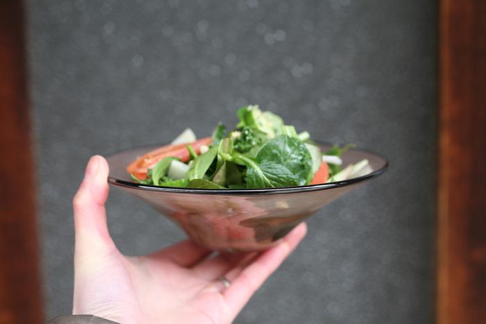 霞をイメージして作られたお皿で、ニュアンスのある色合いの濃淡が美しく表現されています。吹きガラスで作られているから、温もりのある柔らかな曲線も魅力です。シックで大人っぽいサラダが作れそうです。