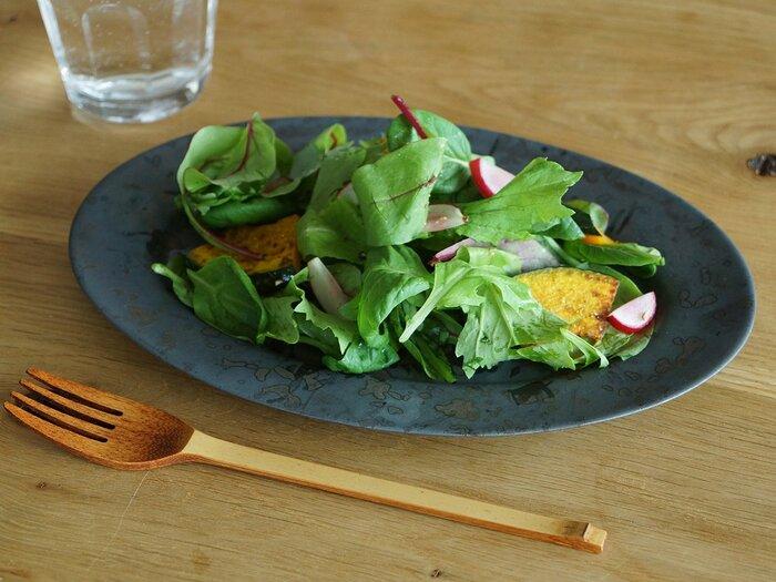 アッシュグレーが大人っぽいオーバルのお皿です。リムの幅が広いので、サラダを華やかにに盛り上げてくれます。フルーツやその他の副菜をよそうのにも、ちょどいいサイズです。