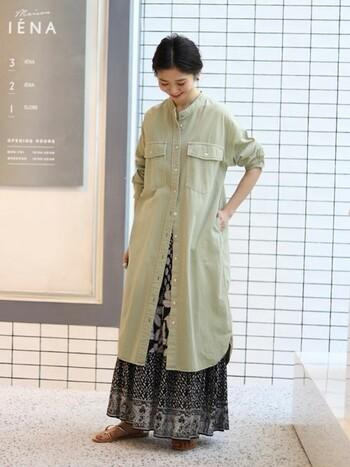 くすんだカーキが、カジュアルになりすぎずおしゃれ上級者の雰囲気に。ボタンを全部留めずにスカートを見せる着こなしは真似したいスタイリング!