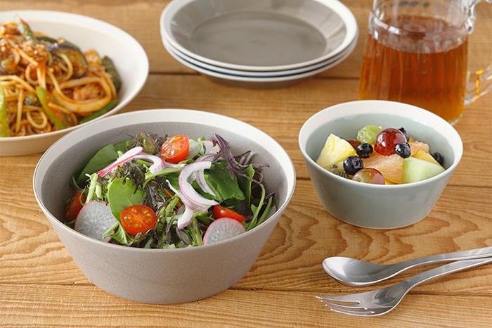 すっきりとしてシンプルなデザインながら、縁の白いラインが爽やかなアクセントになっているボウルです。表面の釉薬は、艶やかなガラス質と、マットな質感の2種類あります。サイズ違いで揃えるのも楽しそうなお皿です。サラダ以外の使い道も広そうですね。