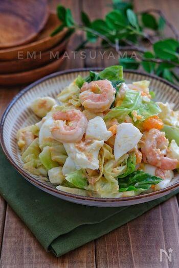 ツナマヨ味のお子様も好きな具だくさんサラダ。昆布茶または昆布だしをマヨネーズなどとともに混ぜて、旨みを引き出しています。海老が入ることでとっても豪華!