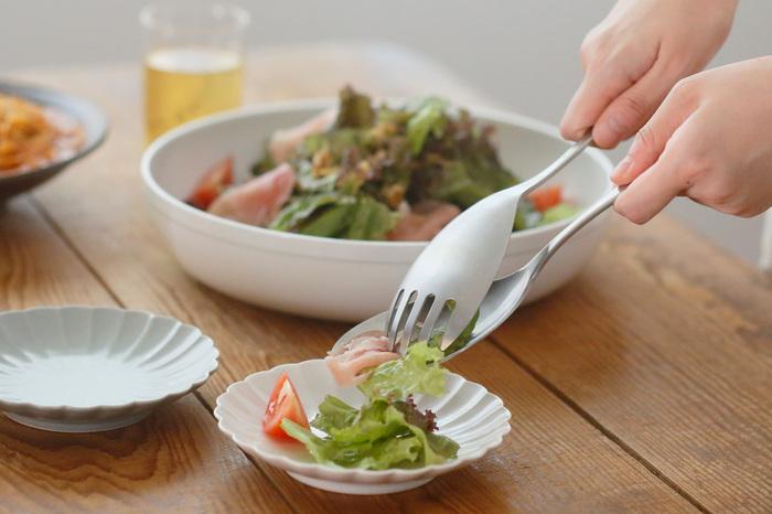 とりわけ用に考えられたスプーンとフォークは、皿の部分がとても大きく平たく作られています。だから、サラダをドレッシングに絡めたり、大きな具を取り出すときにとっても便利です。サラダ以外でも、麻婆豆腐やパスタのとりわけにも重宝します。扱いにくい食材や取りにくいソースも平たく大きな皿部分で集めることができます。