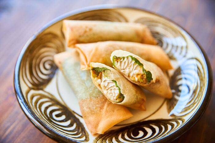 ぶりの切り身が入った、韓国風の味付けの春巻き。大葉がまるまる一枚入っているから後味が爽やかです。