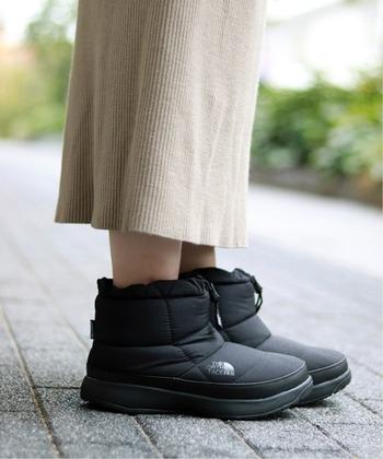アウトドアブランドのノースフェイスのシューズは、軽量で保温性に優れています。雪山でも履けるほどの機能性なので、冬の足元をしっかり守ってくれます。