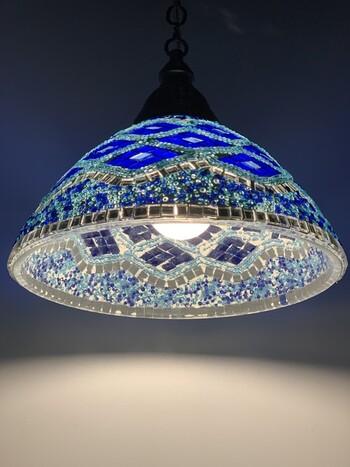 ブルー系のモザイクデザインと細かいビーズの装飾が美しいトルコランプシェード。下が開いた傘のようなフォルムでしっかり明るく、デザインと実用性を兼ね備えているのもうれしいポイントです。