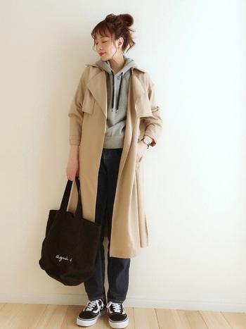 パーカー×デニムな着こなしにブラックのトートバッグを合わせてカジュアルに。トレンチコートを羽織ることで、少しの大人っぽさをプラス。