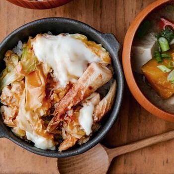 斜め切りしたちくわが目を惹く卵とじ丼。キャベツとちくわを炒め、調味料を加え、最後に卵でとじれば完成です。コスパも良く簡単なので、リモートランチにもおすすめ。