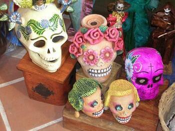 メキシコといえばやっぱりガイコツ。カラフルなガイコツで、日本のお盆にあたる「死者の祭り」を楽しく盛り上げます。陽気なガイコツモチーフの雑貨はとってもおしゃれ!