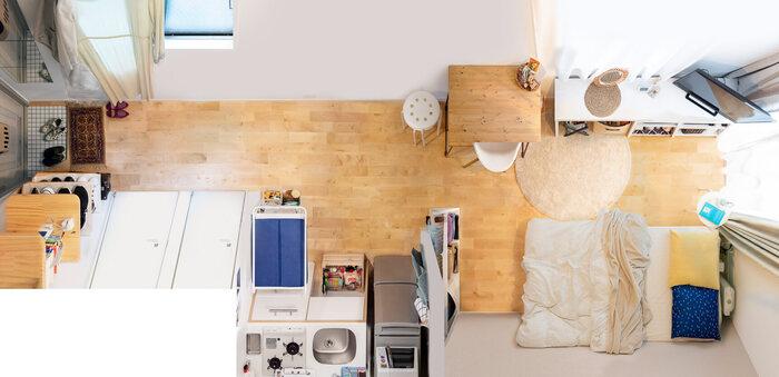 こちらも玄関と反対側の端にベッドを配置。キッチンとベッドの間には元々壁がありましたが、さらに幅の広い収納棚をベッド側に置くことで死角を増やしています。キッチンの狭さは、キッチンワゴンを作業台にすることでカバー。