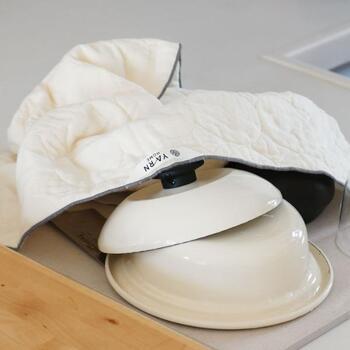 ガーゼタオルはキッチンでも大活躍!柔らかく傷がつかないので、食器拭き用のふきんとして、また台ふきんとして使いのにぴったりです。