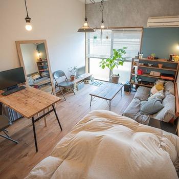 入口側にベッドを配置している例。横幅のあるお部屋ならこんなレイアウトも可能ですね。大きな鏡を置くことで、さらに部屋が広く見えます。