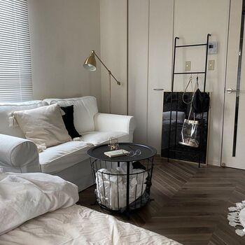 インテリアのチョイスもおしゃれですが、注目すべきはこの床。ヘリンボーンのフローリングシートを自分で敷いています。家具ではなく、床や壁にお金をかけてカスタマイズするのもアリですね。