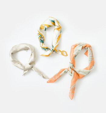 美しい柄が目を惹くシルク&コットンプリントスカーフ。ふわりとした透け感でアレンジしやすく洋服にも馴染んでくれそう。巻き方によって柄の出方も変わるので、コーディネートの幅が広がります。