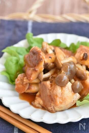 鶏肉と相性抜群のケチャップを使った作り置きおかず。鶏肉は皮目をカリッと焼き上げた後蒸し焼きにすることでうま味が凝縮。ケチャップソースは熱を加えながら絡めることで酸味がとび、まろやかになります。冷蔵保存も冷凍保存もOKです。