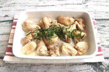ゆずこしょうと塩だけで味付けするシンプルな作り置きおかず。レンジで手軽にできるので洗い物も少なく、時短でできますよ♪鶏肉と相性抜群のゆずこしょうはお好みの辛さに調整してください。とっても簡単なのに感動の美味しさです!