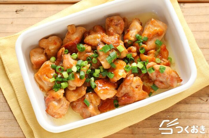 甘めな味わいでごはんが進む、みそマヨチキン。お弁当に入れる時、仕上げに小ねぎを加えると彩りも良くなりますよ。みそマヨは焦げ付きやすいので、火を弱めてから加えるのがポイントです。調味料がお肉を柔らかくしてくれるので、日にちが経っても美味しく食べられます。