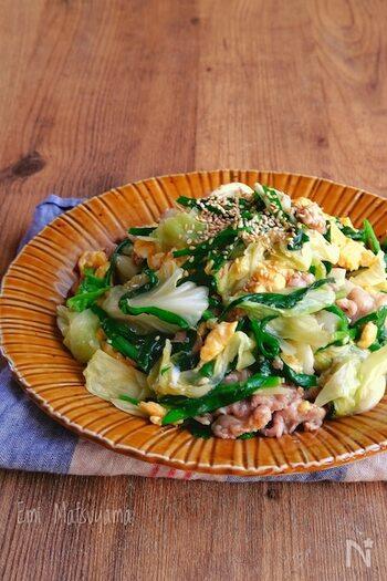 キャベツと豚こまが加わわった、彩り鮮やかなニラ玉炒め。一皿でお肉と野菜と卵を一度に食べられるので、栄養満点です。