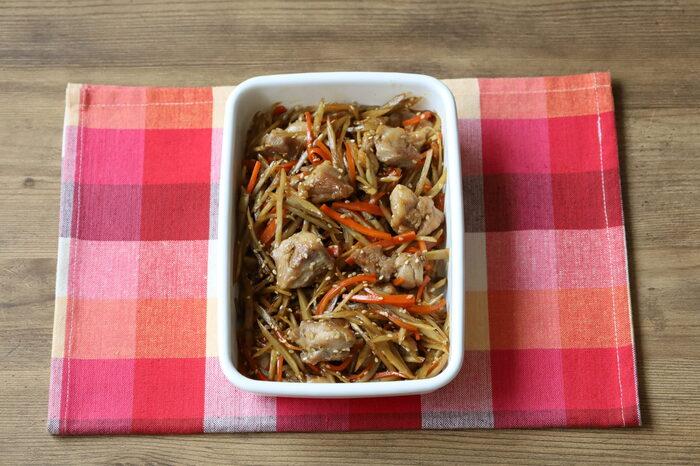 お弁当の定番、きんぴらごぼうに鶏肉を入れて満足感と美味しさをさらにアップさせた作り置きおかず。お弁当用に濃いめの味付けになっているので、冷めてもぼやけた味になりません。鶏肉は小さめに切ることで味がしっかり馴染みます。野菜をたくさんとりたい方におすすめです!