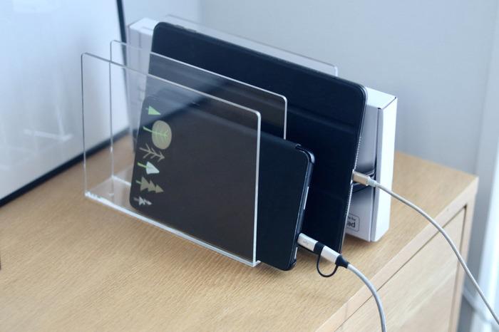 ノートパソコンやタブレットを平置きすると、相応のスペースが必要になりますよね。そこで役立つのが「縦置き」できるスタンド。コンセントの近くに置けば、そのまま充電も出来て一石二鳥です。