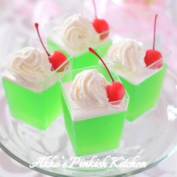 懐かしい飲み物といえばクリームソーダを思い浮かべる方も多いと思いますが、こちらはまるでクリームソーダのようなゼリー。かき氷用のメロンシロップを使って、鮮やかなゼリーができます。
