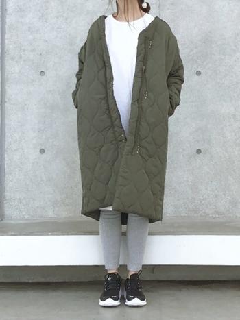 冬はボリューミーなニットワンピースやコートを羽織って。リブレギンスは防寒対策にも役立ちますよ♪