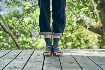 秋冬によく履く7分丈やアンクル丈のワイドパンツは、足首や足の甲が見えすぎて寒々しい印象に。足を覆うレースアップシューズや、ローファー、ショートブーツ、ブーティーなどを選んで、靴下コーデを楽しむのがオススメ。  ヒールやパンプスを履く時は、薄手の靴下やタイツで肌が露出しすぎないようバランスを調整しましょう。女性らしさを損なわないラメ入りのソックスなどが好相性です。