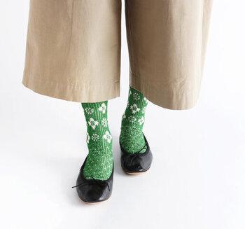 優しいベージュのワイドパンツには、差し色のグリーンの靴下に、黒のフラットシューズを合わせて。パッと足元が明るく見違えます♪