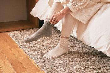 5本指ソックスを履くと、足の指が縮こまらないので、指の先までしっかり血流が保たれます。その結果、足は自然とぽかぽかに◎むくみ改善にも役立ちますよ!寒い季節はもちろん、冷房による冷えが気になる夏にもおすすめです。