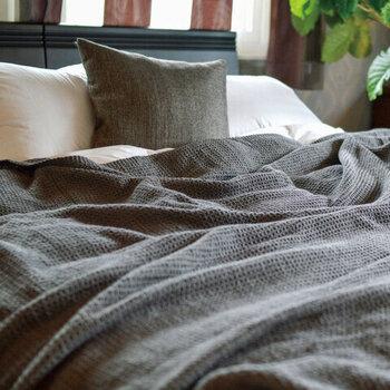 頭皮環境を健やかに保つためには、成長ホルモンが大切です。成長ホルモンは寝ている間に分泌される物質。睡眠不足が続くと、においの原因になってしまいます。睡眠の質を高めるには早寝早起きが理想的。肌触りのいいリネンや快適な枕などをそろえて、睡眠環境を整えるのもいいですね。