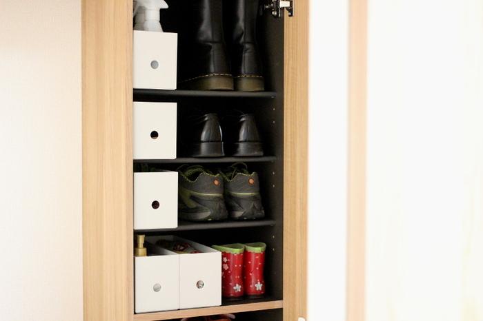 靴のお手入れ用品などの細々した物は、箱に入れて整理すると使いやすさも見栄えもグっとUPします。おすすめはハーフサイズのファイルボックス。靴と同じくらいの高さで棚にきれいに収まりますよ。