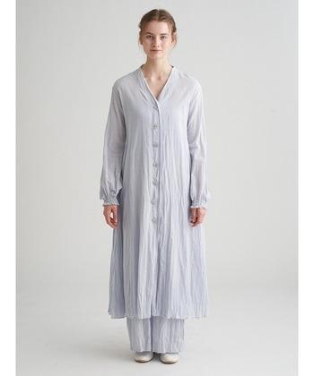洗いざらしならではの肌に馴染むシャツドレス。Aラインシルエットでゆったりリラクシンな着心地です。一枚でガウンのように羽織っても◎