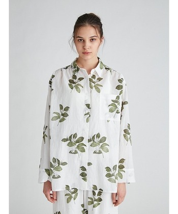 水彩画タッチのジャスミン柄が、涼やかで大人ぽい雰囲気のパジャマシャツ。シワ感のある素材でさらりと着ていただけます。同素材のパンツとセットアップで着ると素敵ですよ。