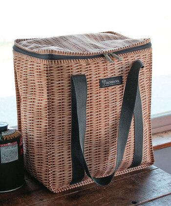 まるで、天然素材のバスケットのような網目がプリントされたナチュラルな外見がキュートな「パニエ」シリーズの、保冷トートバッグ。