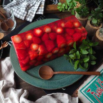 粒が小さい苺も、まとめてテリーヌにしてしまえば、見た目も豪華でおもてなしにも出せるデザートに早変わり。断面も美しく食べるのがもったいなくなってしまいそうです。カロリーが控えめのところも嬉しいポイント。
