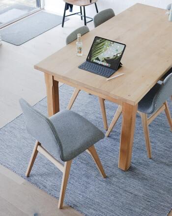 """ダイニングテーブル・チェア、ソファ、サイドボード…と""""八の字脚""""の木製家具を北欧の多くの家で見かけます。このやわらかで遊び心を感じる家具が1つあるだけで、北欧の雰囲気を演出することができ、おうち時間がより楽しく、心地良い時間になります。"""
