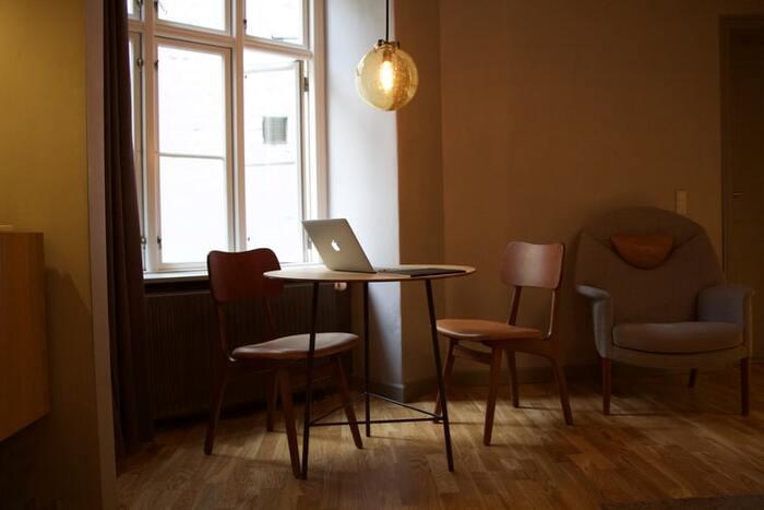暗くて長く、そして、厳しい冬があるスウェーデンでは照明はとても大切です。 温かく落ち着いた空間をつくるため、やわらかな照明の光を組み合わせて、明るさと暗さのコントラストを演出します。  そのため、部屋全体がよく見える蛍光灯は使用せず、ペンダントライトやスタンドライトを使い、温かみあるリラックスした時間を楽しみます。読書など明かりが必要なときは、リーディングランプを灯します。