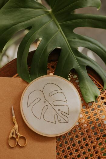 最後に両端の輪になった部分を切ります。一般的な刺繍糸であれば、この状態で約60㎝になります。 ※60㎝程度が刺繍をする時に作業しやすい長さとされています。