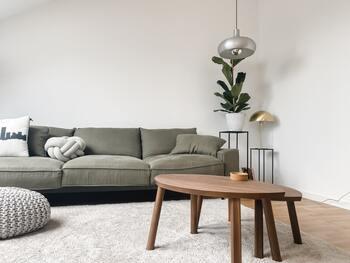 北欧デザインといえば、シンプルでいて美しく、かつ機能的。サスティナビリティを意識し、タイムレスに使用し続けることができるのが特徴です。  温かみのある木製の家具は、ぬくもりをもたらす、北欧の家には欠かせない存在。そして八の字脚の家具もよく目にします。北欧の定番デザインであり、遊び心を感じさせる優しいデザインです。