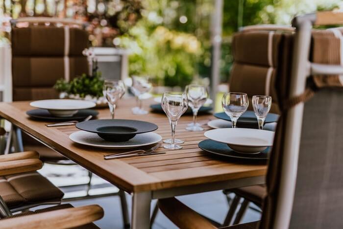 スウェーデンの多くのうちで見られる普段使いとゲストのための食器の使い分け。フォークやナイフなどのカトラリーも同じように使い分けます。  ゲストのための食器はお客さんが来たときだけではなく、ちょっと特別なディナーのときにも使います。オケージョンによって使い分けることで、その時の気分をより楽しませてくれます。
